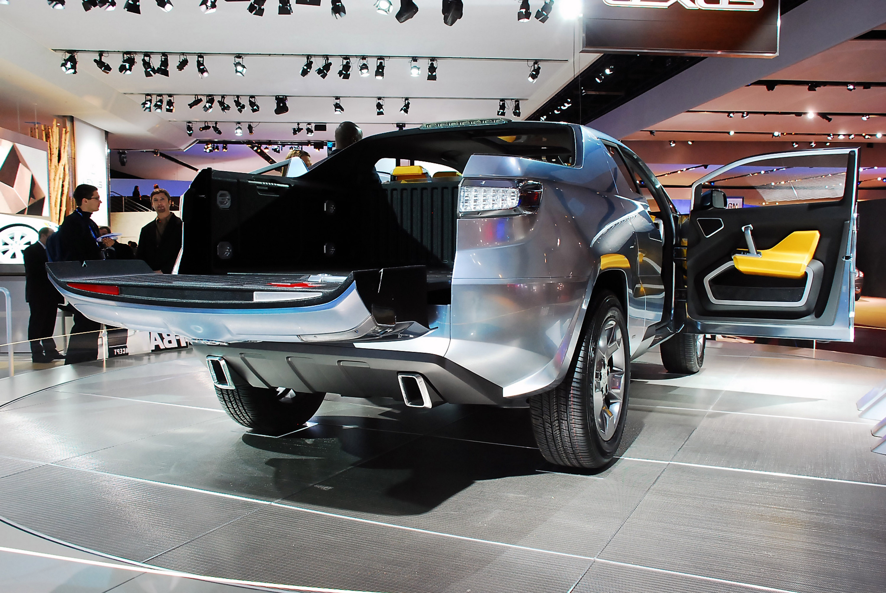 The turntable flooring is clad with the stainless steel wire mesh to display the most most cutting edge in auto design.