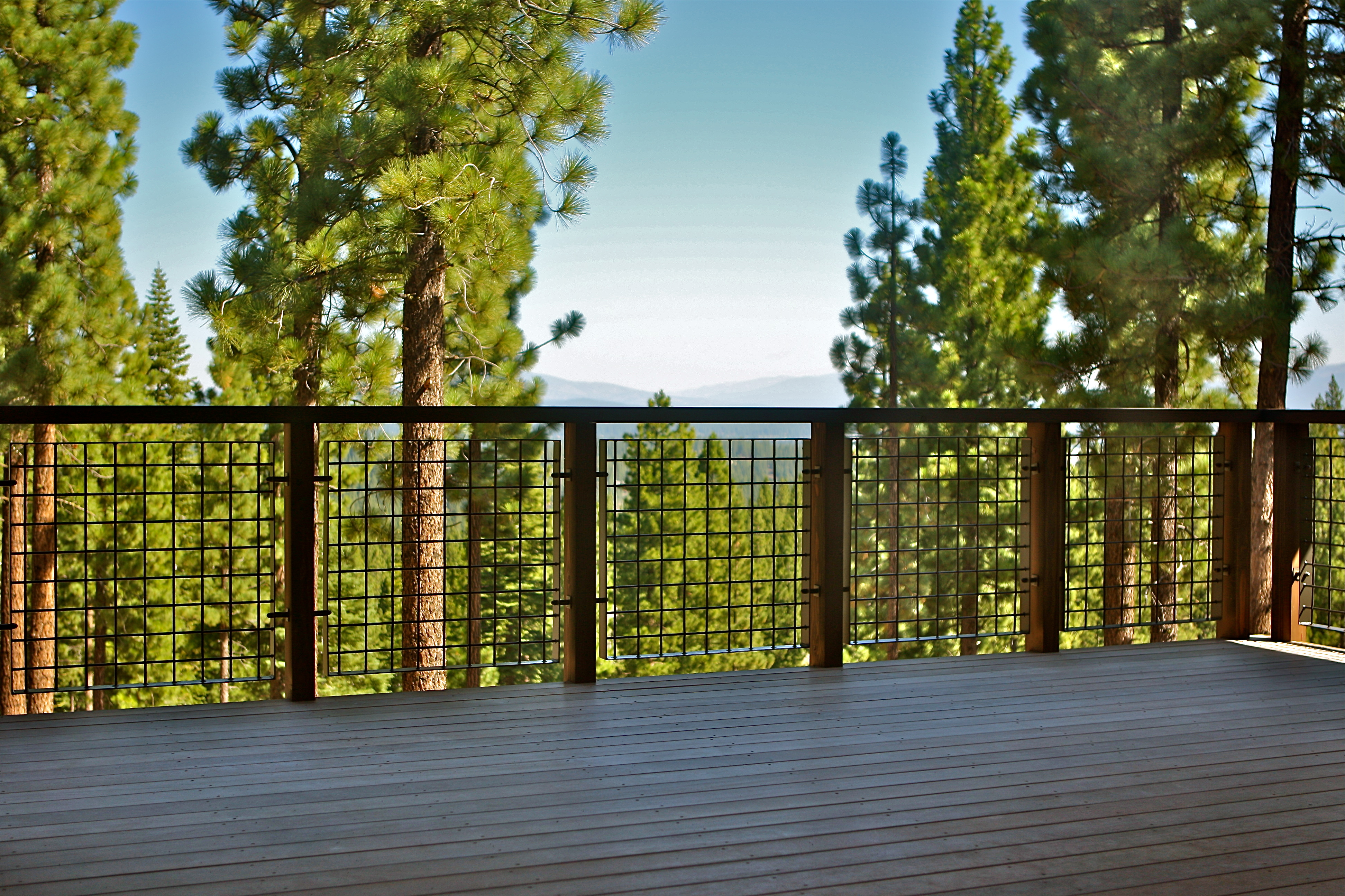 Banker Wire L-70, with its high percent open area, allows for uninterrupted views of the beautiful surroundings.