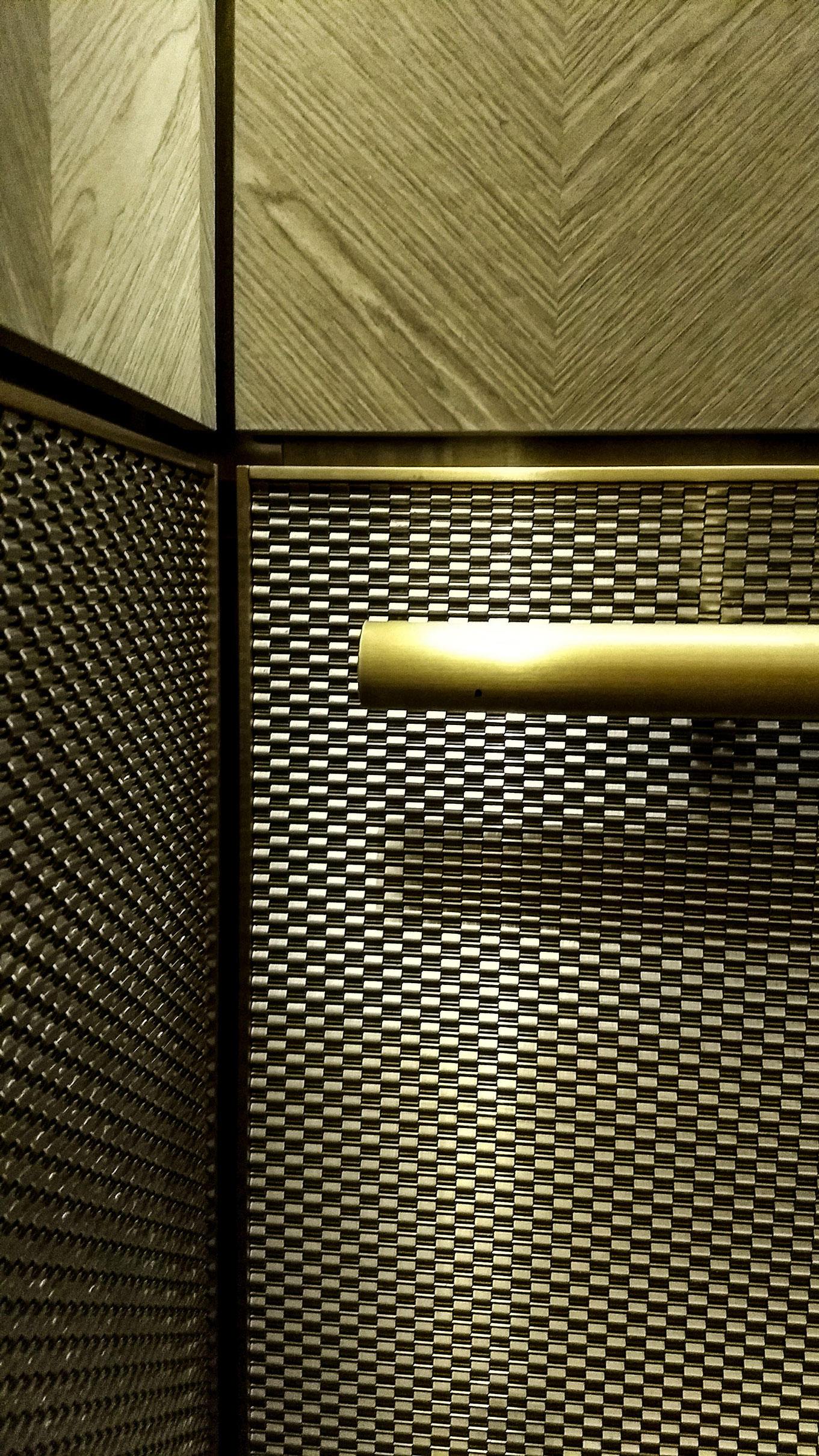 The stainless steel of the decorative mesh works perfectly with the warmth of the lighting and the other bronze elements of the cab interior.