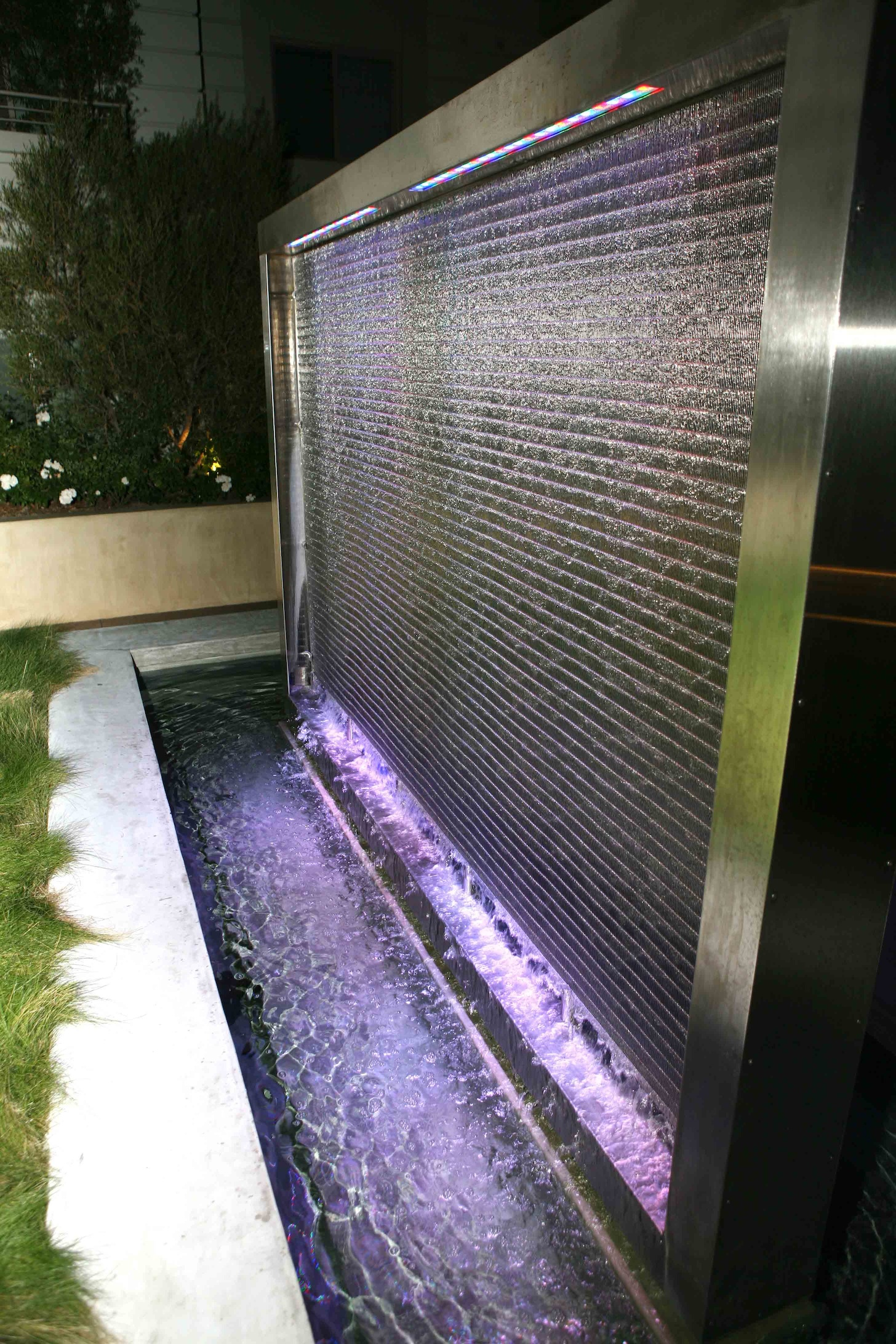 Water cascading down the M13Z-247 wire mesh creates a calming effect.