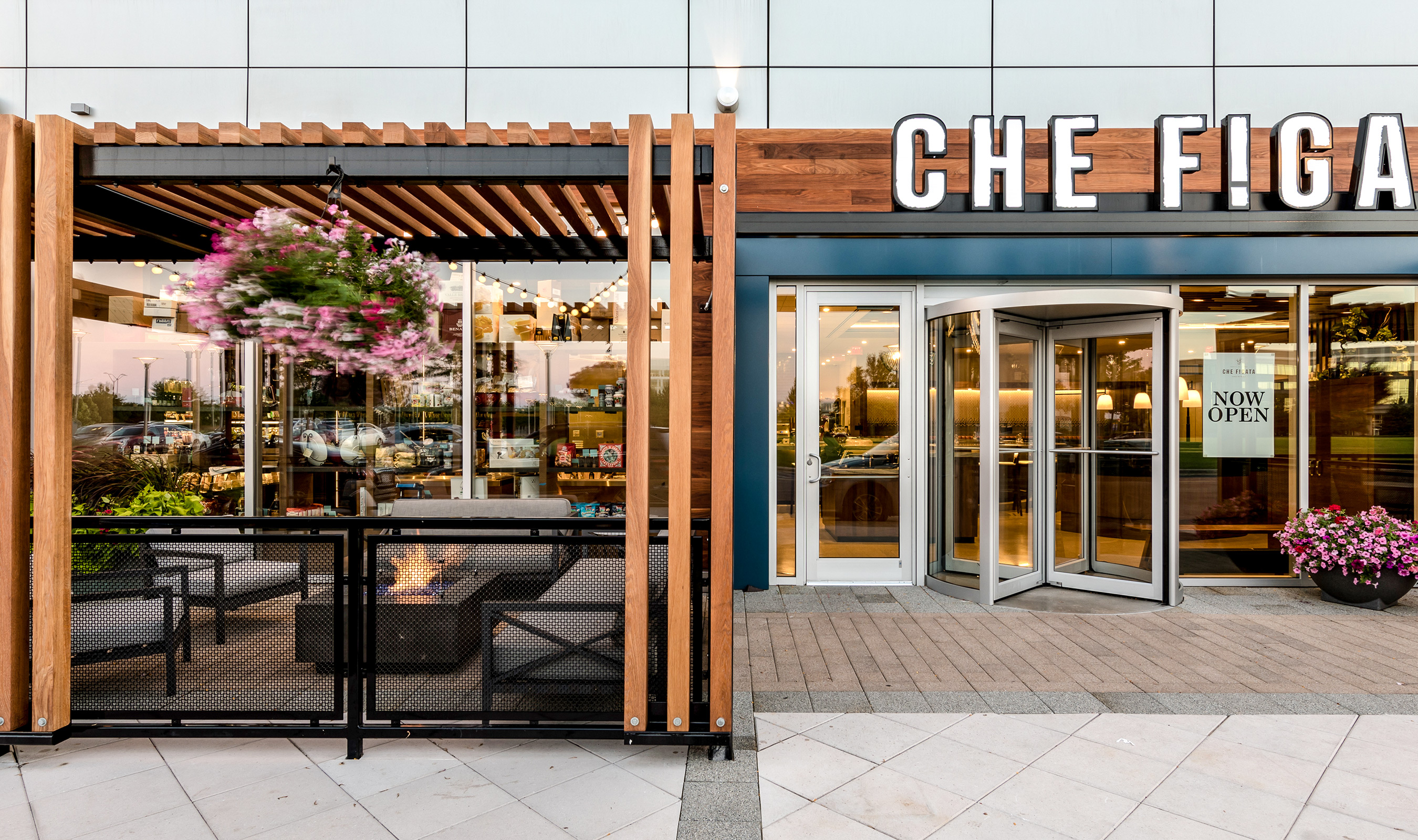 Che Figata utilizes Banker Wire's H-1 woven wire mesh as railing infill for it's stunning patio.