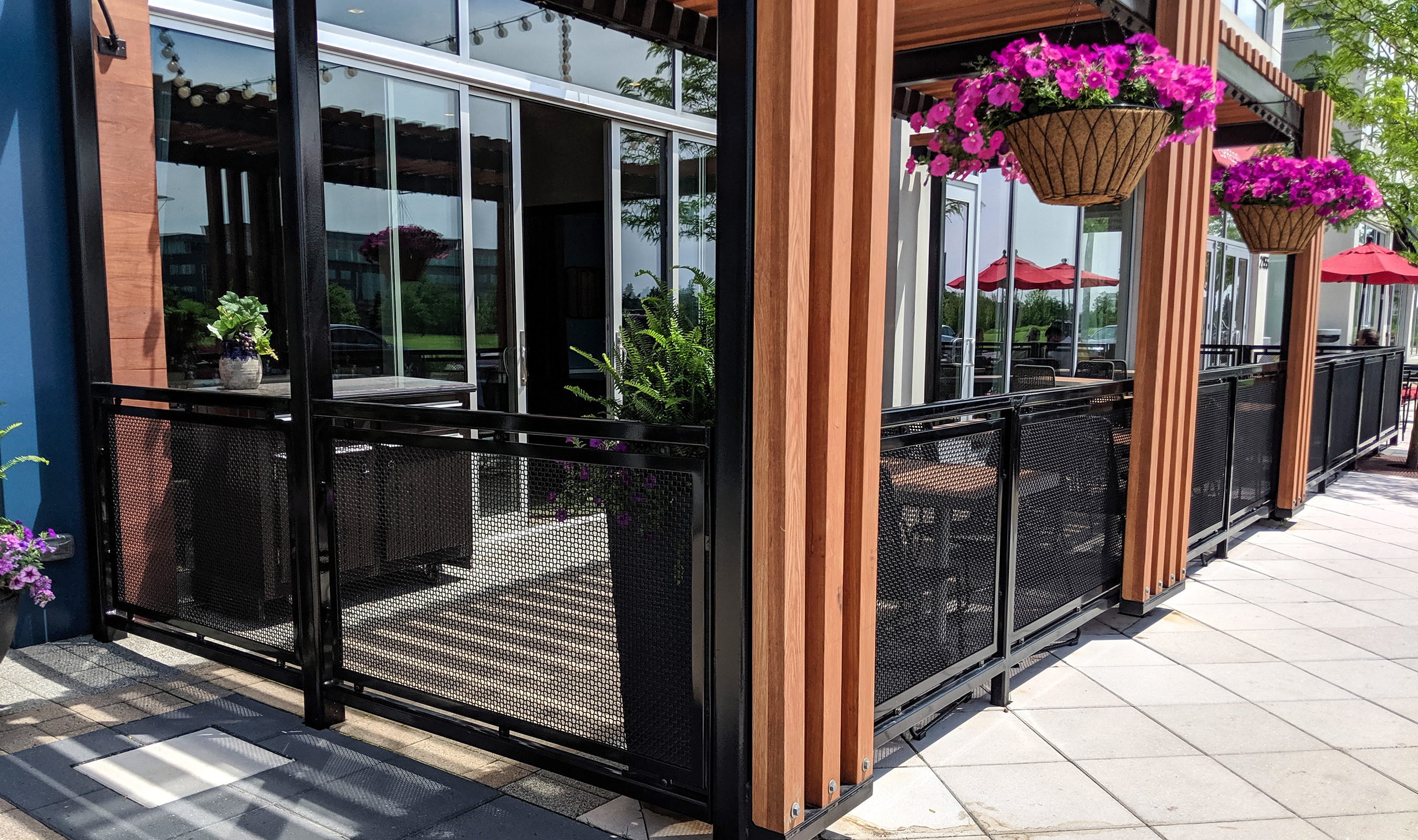 The patio at Che Figata uses Banker Wire's H-1 wire mesh pattern as railing infill.