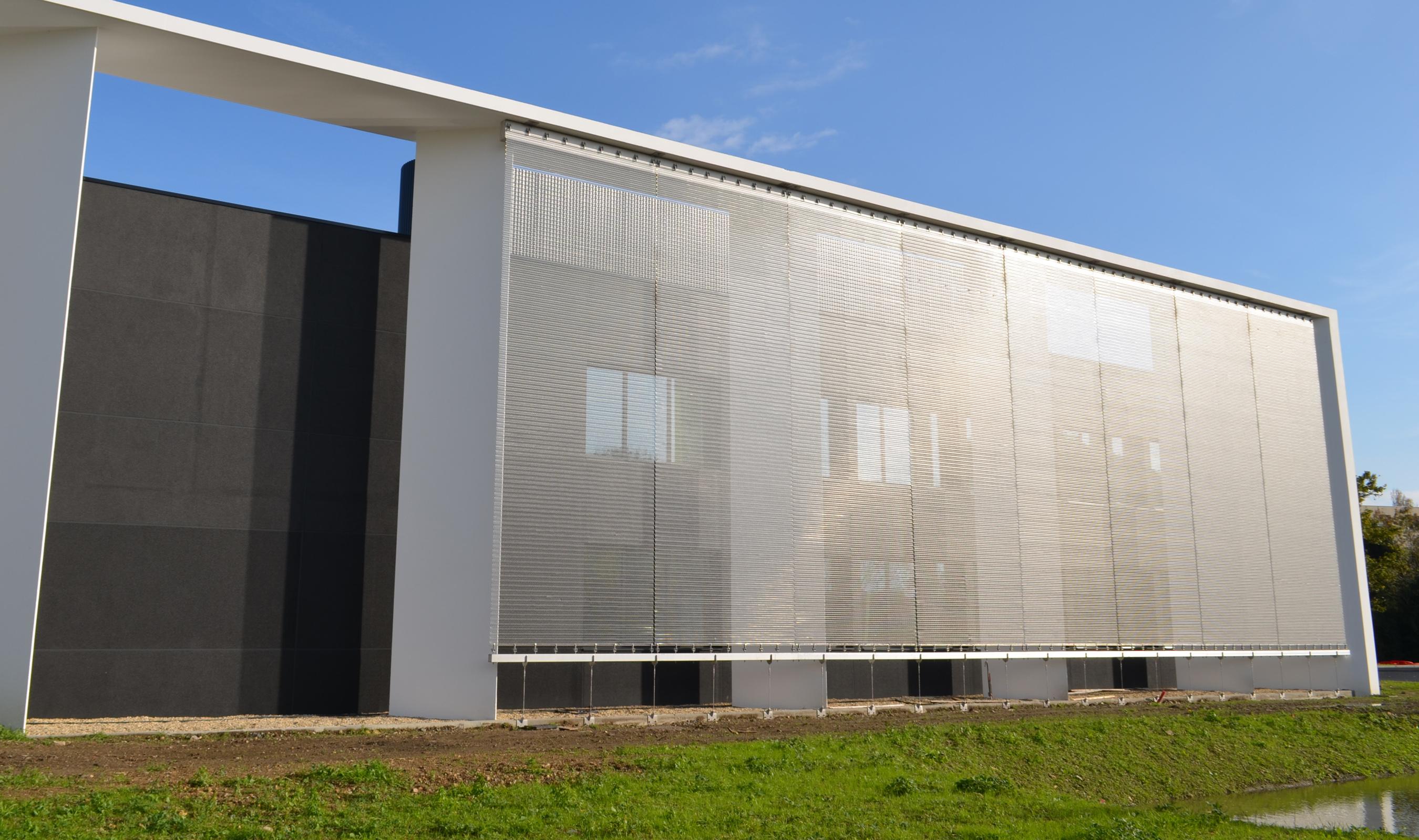 Ridge flexible mesh pattern as a facade